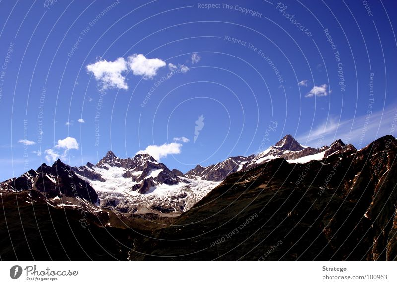 4000er Teil II Gipfel Wolken dunkel wandern Bergsteiger Bergkamm aufsteigen Besteigung besteigen Klettern Zermatt Obergabelhorn Wellenkuppe Schweiz Tourismus