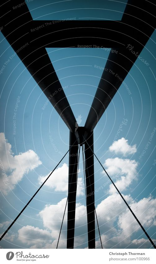 Eine Brücke schlagen Stahl Stahlträger Träger Säule Brückenpfeiler Himmel Wolken zyan schwarz robust bewegungslos Verbindung verbinden hängen Berghang