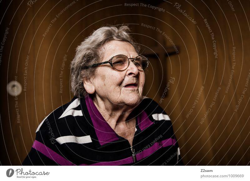 80 und kein bisschen müde elegant Häusliches Leben Wohnung Wohnzimmer feminin Weiblicher Senior Frau Großmutter 60 und älter Pullover Brille weißhaarig alt