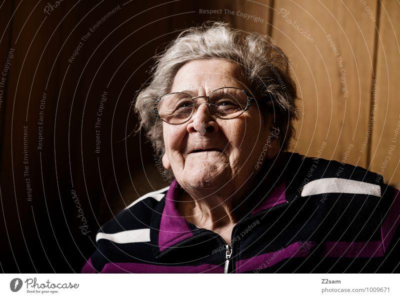 Gute Seele Weiblicher Senior Frau Großmutter 60 und älter Brille weißhaarig genießen Lächeln lachen Blick alt authentisch Freundlichkeit Fröhlichkeit Glück