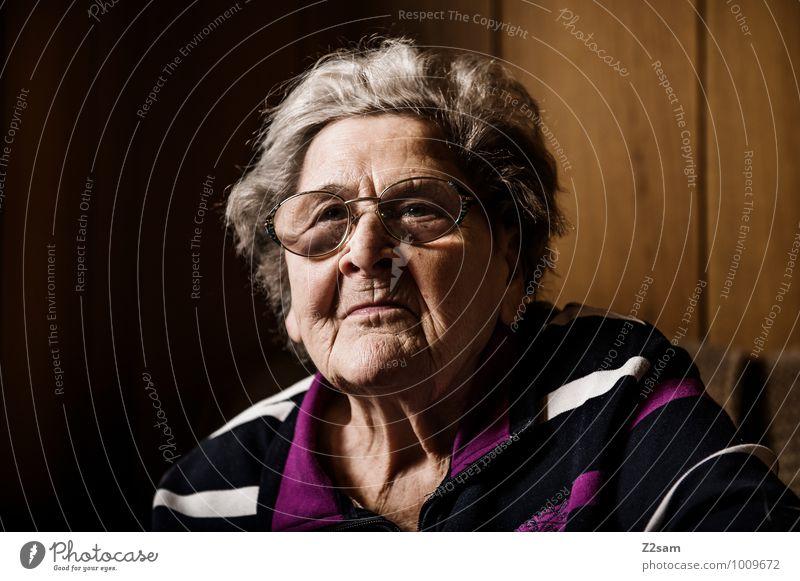 Oma Gesundheit Seniorenpflege Häusliches Leben Wohnung feminin Weiblicher Senior Frau Großmutter 60 und älter Pullover Brille weißhaarig alt Denken Lächeln