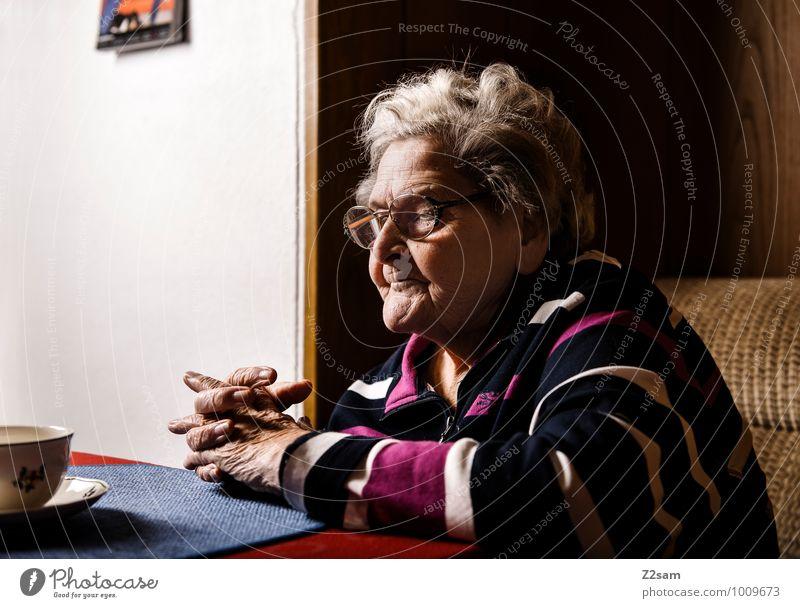 O M A feminin Weiblicher Senior Frau Großmutter 60 und älter Pullover Brille weißhaarig Denken träumen warten alt natürlich Vorsicht Gelassenheit ruhig Hoffnung