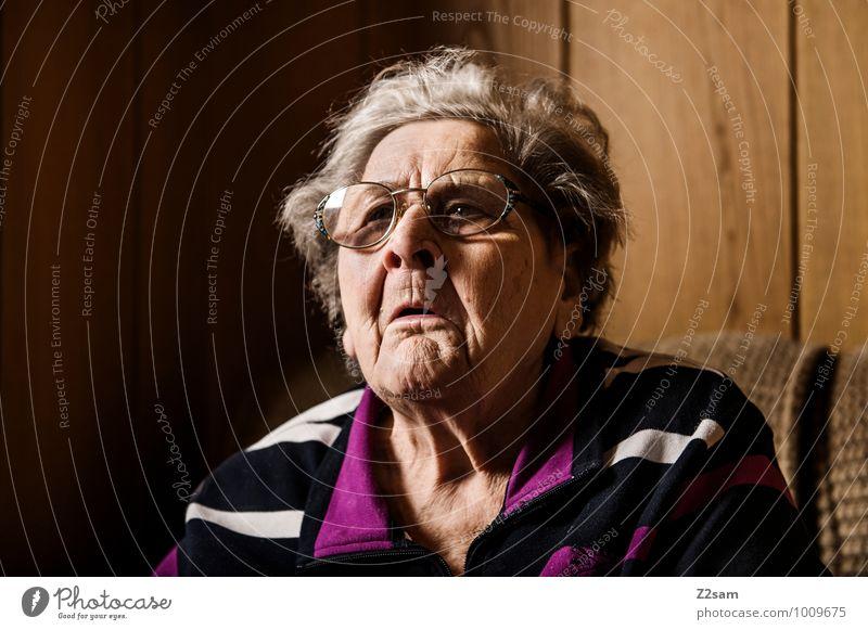 Rebellin Gesundheit feminin Weiblicher Senior Frau Großmutter 60 und älter Pullover Brille grauhaarig sprechen Kommunizieren sitzen alt frech natürlich