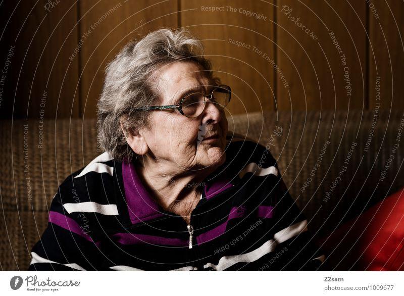 Oma Frau alt Erholung ruhig Haus Senior natürlich feminin Gesundheit Denken Wohnung Zufriedenheit Häusliches Leben 60 und älter Kommunizieren Vergänglichkeit