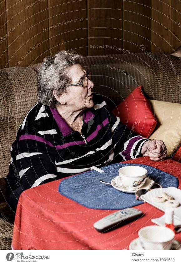 Kaffee und Kuchen Häusliches Leben Wohnung Raum Wohnzimmer feminin Weiblicher Senior Frau Großmutter 60 und älter Pullover Brille weißhaarig alt Denken sprechen