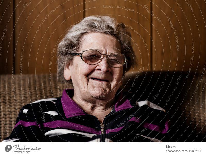 Fröhliche ältere Dame Lifestyle elegant Stil Gesundheit Seniorenpflege Häusliches Leben Wohnung feminin Weiblicher Senior Frau Großmutter 60 und älter Pullover