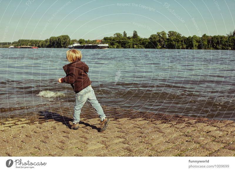 Steineflitschen, sechster Versuch Kind Junge Familie & Verwandtschaft Kindheit Leben 1 Mensch werfen Wasser Fluss Flussufer Ferne Freude Bewegung Spielen