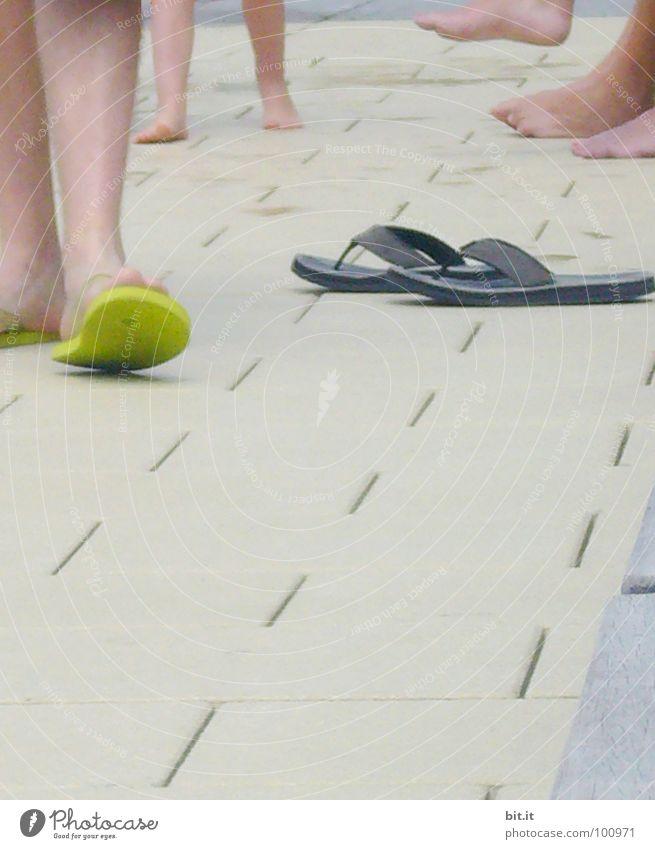 Fußbad Schuhe Schlappen Bad Schwimmbad Sommer Ferien & Urlaub & Reisen Saison Erholung grau Beton Fußpilz Beine sommerdepression sommerhitze Schwimmen & Baden