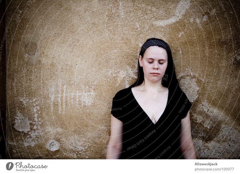 blindes Vertrauen Frau geschlossene Augen Mauer Wand Putz stehen hören Sinnesorgane warten resignieren Schicksal Trauer Verzweiflung Konzentration nichts sehen