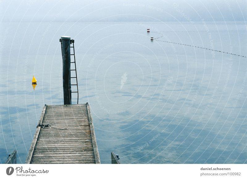 nix los am See Herbst Steg Nebel ruhig Horizont Boje grau gelb Hintergrundbild trist Trauer Verzweiflung blau Leiter Wasser Windstille