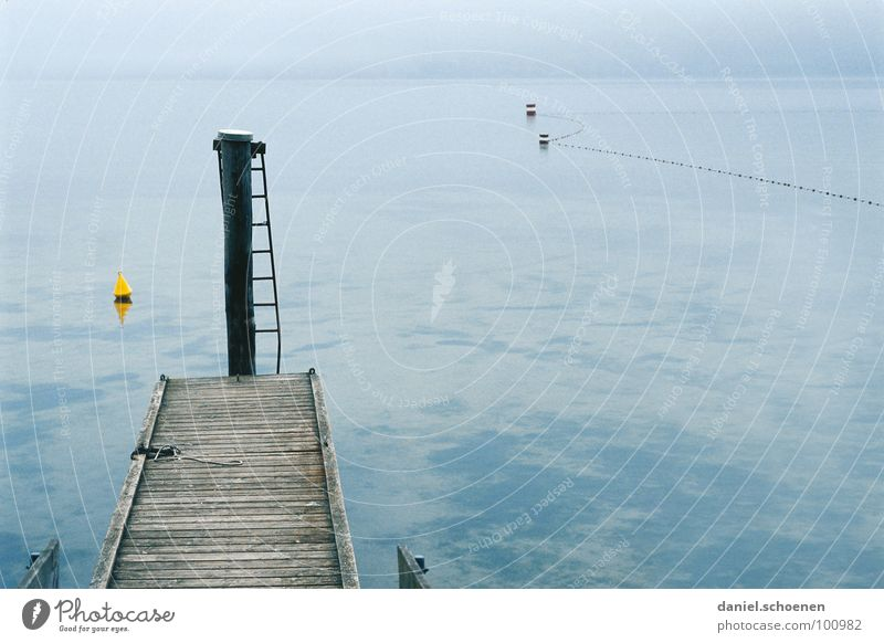 nix los am See Wasser blau ruhig gelb Herbst grau Nebel Hintergrundbild Horizont Trauer trist Steg Verzweiflung Leiter Windstille