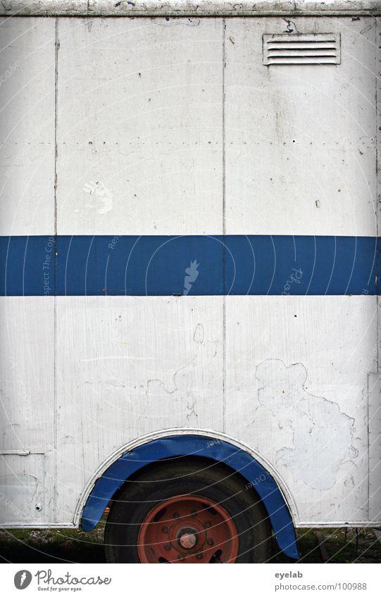 Wagenburg KFZ Transporter Lastwagen Lieferwagen Wohnwagen Zirkus Streifen weiß Lüftung Gitter Blech parken Heimat Wohnung unterwegs Dienstleistungsgewerbe