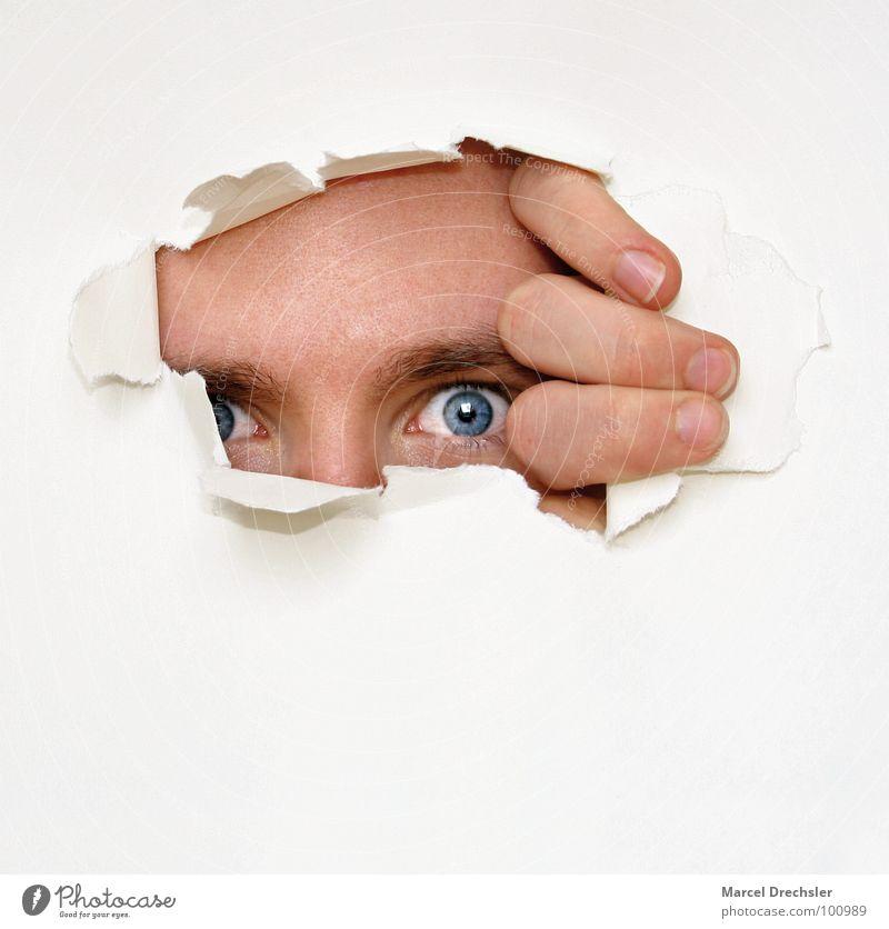 Immer neugierig bleiben! Mann Hand blau Freude Gesicht Auge grau Kopf maskulin Finger Papier Porträt Ohr fangen Neugier Konzentration
