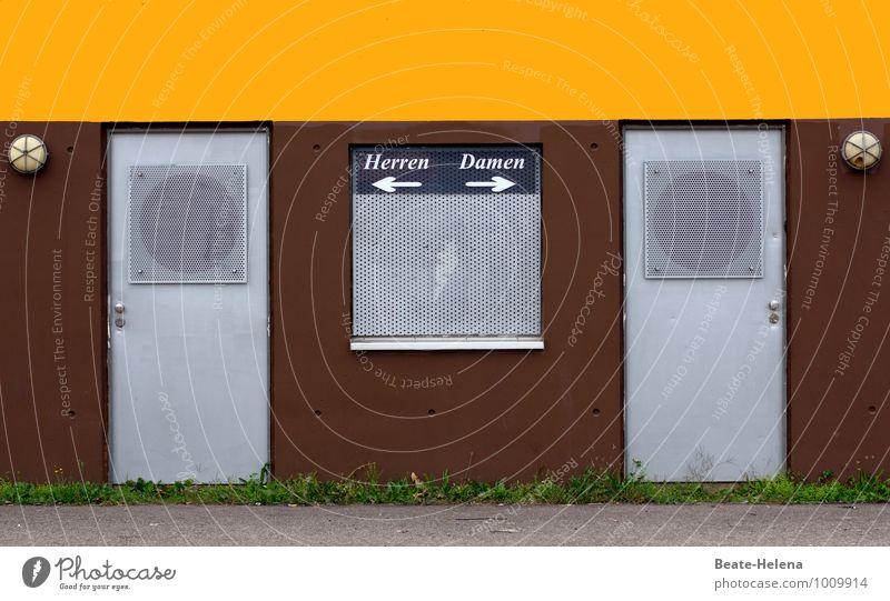 Wo die Wege sich trennen Frau Erwachsene Mann Gras Stadt Bauwerk Zeichen Schilder & Markierungen entdecken einfach braun gelb grün silber Toilette Geschlecht