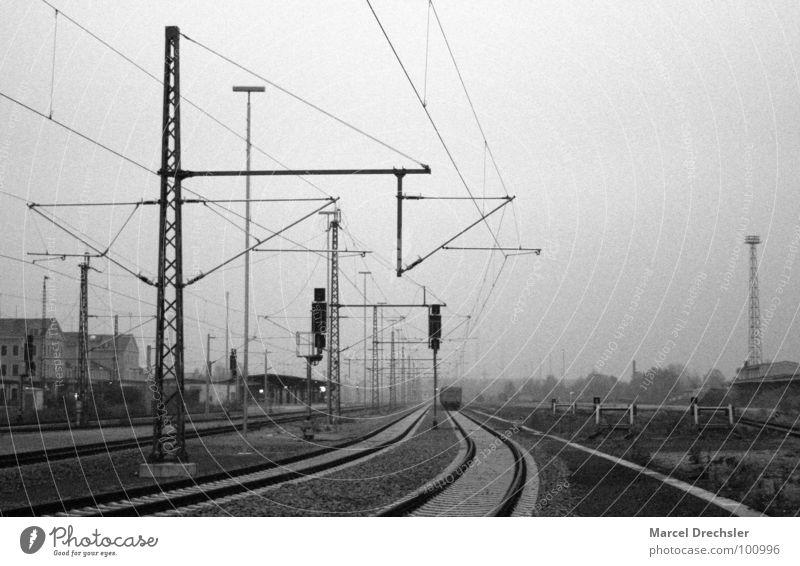 Alter Freiberger Bahnhof Gleise Trauer dunkel Eisenbahn schwarz weiß grau Eisenbahnwaggon Elektrizität Verzweiflung Schwarzweißfoto Kabel Traurigkeit ruhig
