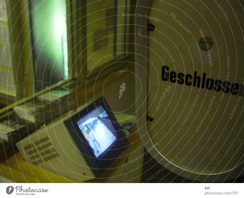 watKickstnIsJeschlossn Verkehr geschlossen U-Bahn Bildschirm vergangen Luke Abfertigungsschalter Überwachungsmonitor