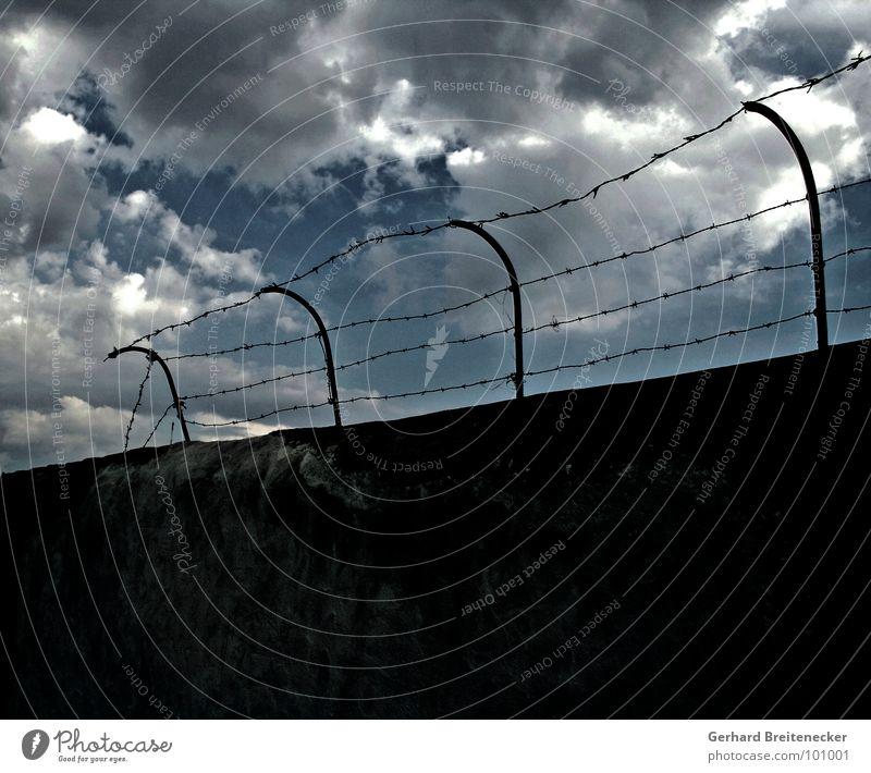 Einfalt Mauer Stacheldraht Wolken Donnern Grenze einsperren Einsamkeit Ausweg gefangen Trauer Verzweiflung Himmel Gewitter Regen Gewalt Flucht
