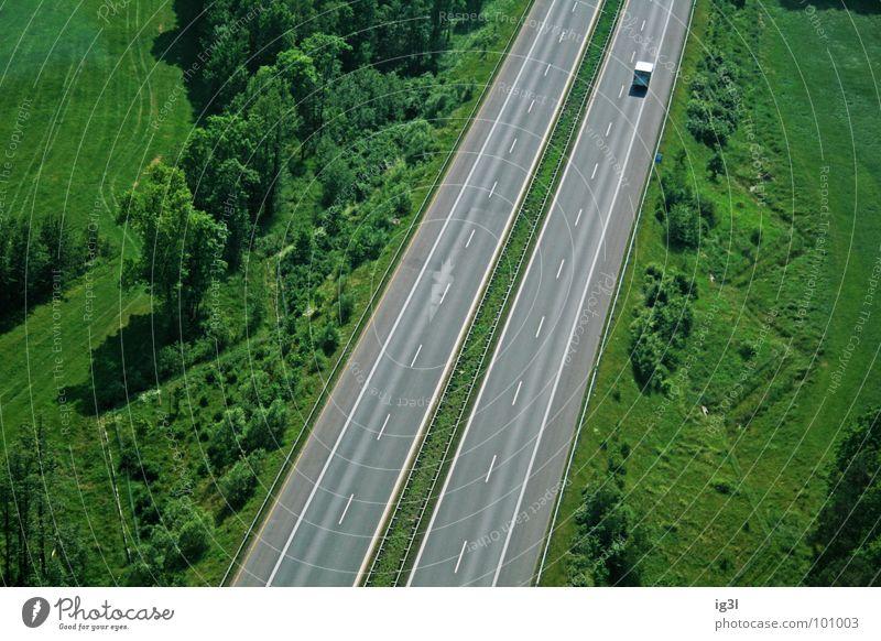 der letzte macht das licht aus Autobahn Fahrbahn parallel Verkehr offen mehrfarbig zielstrebig Vogelperspektive fahren Lastwagen winzig sehr wenige