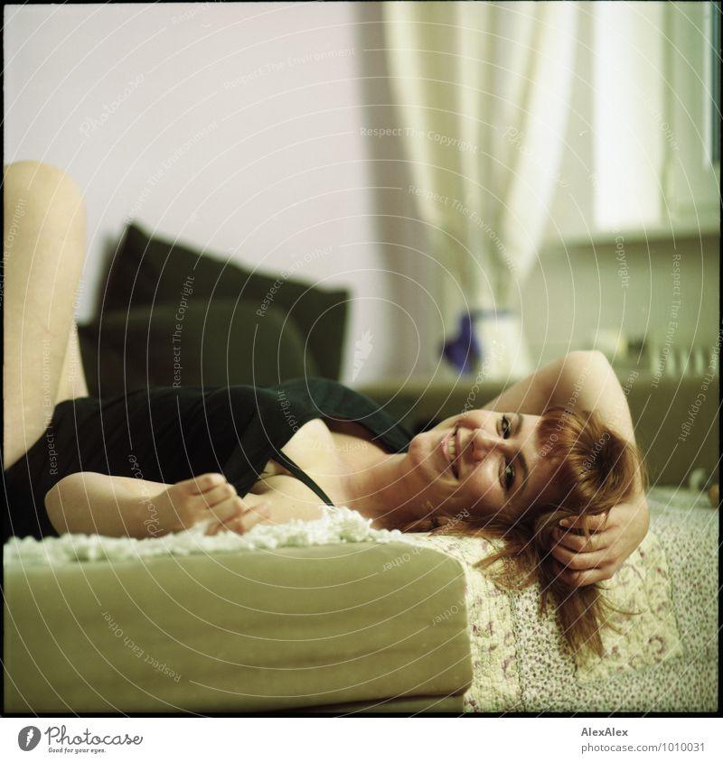ausgelassen Wohnung Wohnzimmer Junge Frau Jugendliche Gesicht 18-30 Jahre Erwachsene Top rothaarig langhaarig Pony Sofa Lächeln lachen liegen ästhetisch