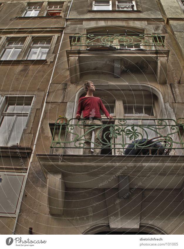 die Puppe Mann alt grün rot Ferien & Urlaub & Reisen Haus dunkel oben Fenster grau braun Raum blond geschlossen