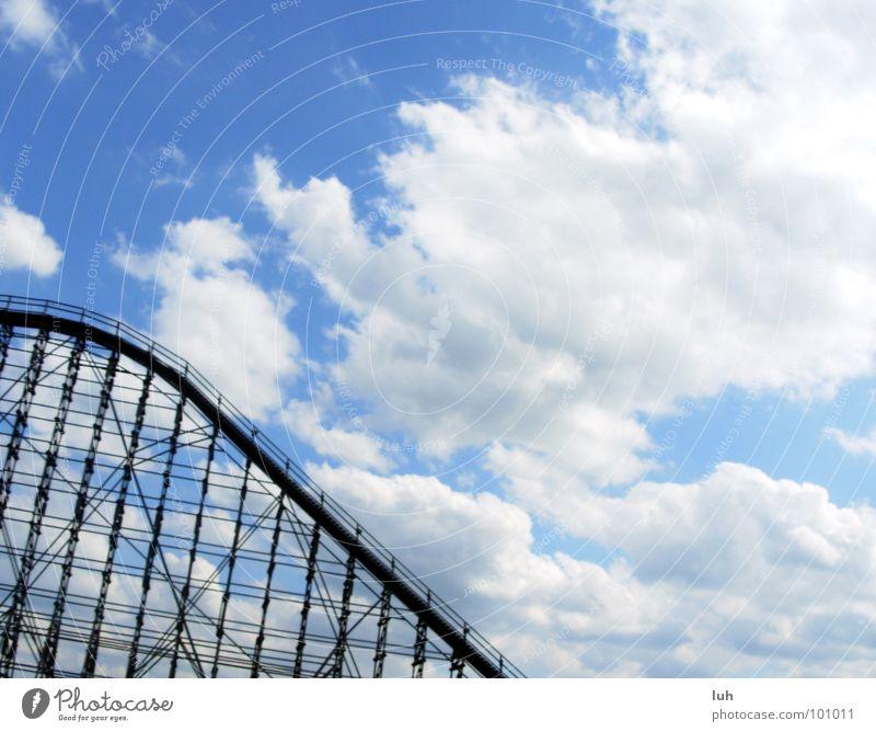 Liebe! Vergnügungspark Am Rand Geschwindigkeit Nervenkitzel Sommer Himmel Wolken Achterbahn steil groß Holzmehl Aktion Soltau colossos heidepark high Rasen