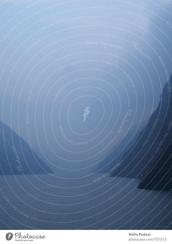 Traurige Stille Wasser blau ruhig Einsamkeit dunkel Berge u. Gebirge Landschaft Nebel Fluss Asien Unendlichkeit China eng Bach Schlucht unklar