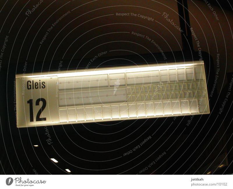Es fährt ein Zug nach Nirgendwo dunkel Verkehr leer Eisenbahn Ziffern & Zahlen Ziel Gleise Personenverkehr Bahnhof 12 Bahnsteig Bahnfahren Schienenverkehr