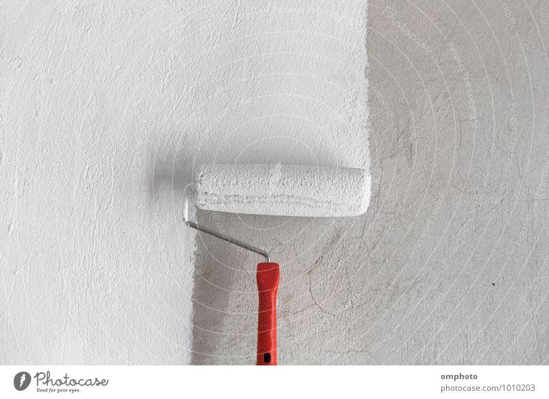Streichen einer rauen Wand in weißer Farbe mit dem Farbroller Arbeit & Erwerbstätigkeit Anstreicher Arbeitsplatz Industrie Baustelle Mantel frisch Sauberkeit