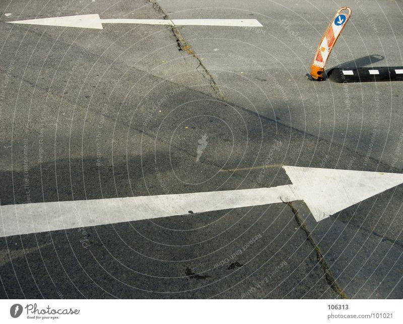 URBANER GEISTERPFAD weiß rot schwarz Straße grau orange Deutschland Schilder & Markierungen Verkehr Sicherheit Bodenbelag Streifen fahren Asphalt Zeichen Pfeil