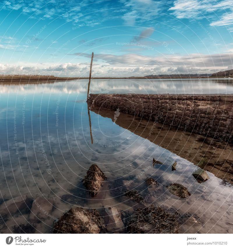 Ruhepol Landschaft Wasser Himmel Wolken Horizont Schönes Wetter Seeufer Truzugal Frankreich Menschenleer Mauer Wand Stein maritim blau braun grün ruhig Idylle