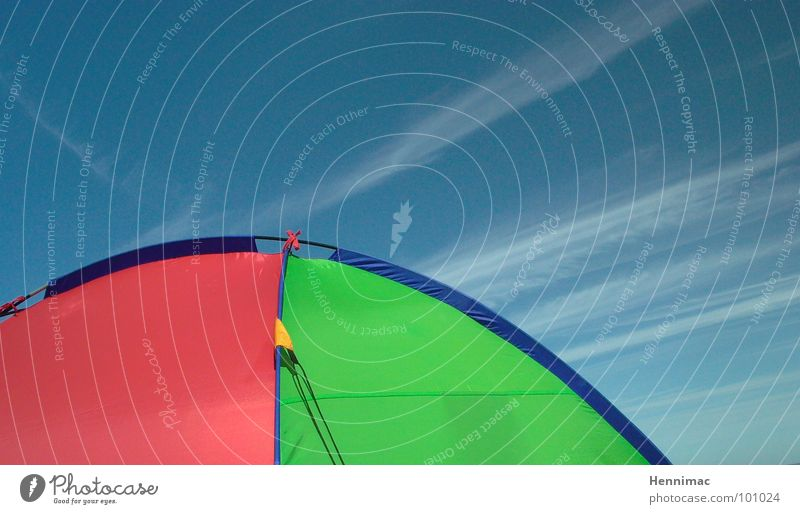 Himmelszelt Zelt mehrfarbig rot grün gelb Wolken Spinne Ecke Dreieck Camping Campingplatz Strand rund Sommer Farbe blau Rücken Netzwerk Pfeil Detailaufnahme
