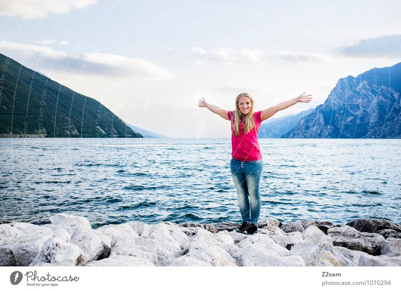 La dolce vita Lifestyle Ferien & Urlaub & Reisen Sommerurlaub Junge Frau Jugendliche 18-30 Jahre Erwachsene Landschaft Wasser Schönes Wetter Berge u. Gebirge
