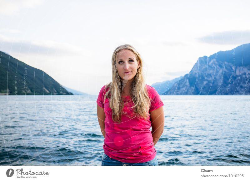 Hmmm? Himmel Natur Ferien & Urlaub & Reisen Jugendliche schön Sommer Junge Frau Erholung Landschaft Erwachsene Berge u. Gebirge feminin natürlich Stil Glück