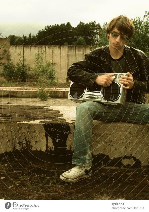 RADIO-AKTIV II Mann Kerl Stil Musik Sonnenbrille Industriegelände Lederjacke Beton Mensch Typ boy Coolness porn Radio Landschaft session Einsamkeit sitzen Natur