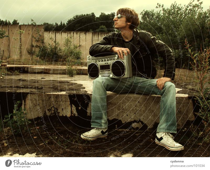 RADIO-AKTIV III Mensch Mann Natur Einsamkeit Stil Musik Landschaft Beton sitzen Coolness Typ Radio Sonnenbrille Kerl Lederjacke Industriegelände