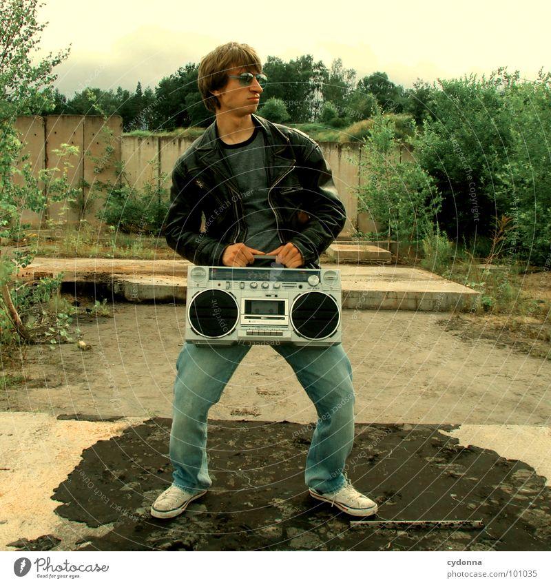 RADIO-AKTIV IV Mann Kerl Stil Musik Sonnenbrille Industriegelände Lederjacke Beton stehen Mensch Typ boy Coolness porn Radio Landschaft session Einsamkeit Natur