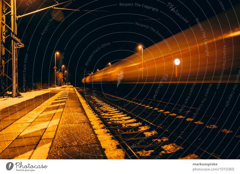 bahnsteig Stadt Verkehr stehen warten Geschwindigkeit Eisenbahn Güterverkehr & Logistik Ziel Verkehrswege Stadtzentrum Stress Personenverkehr Verkehrsmittel