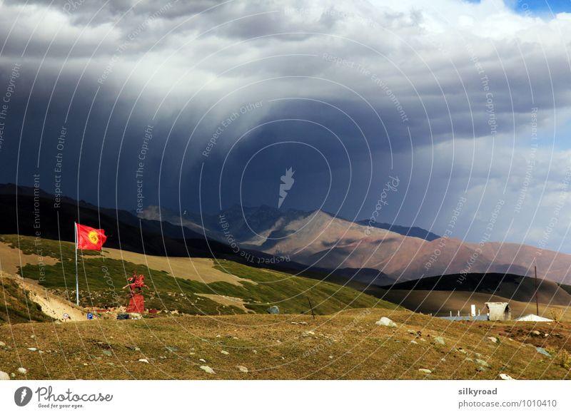 Untergang in Kirgistan Natur Landschaft Luft Wassertropfen Gewitterwolken Sonnenlicht Herbst Schönes Wetter schlechtes Wetter Wind Sturm Regen Gras Sträucher