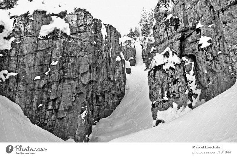 Eisbinge Winter kalt Schnee Berge u. Gebirge Stein Wege & Pfade Felsen gefährlich bedrohlich Klettern Fußspur silber aufsteigen Schlucht Absturz
