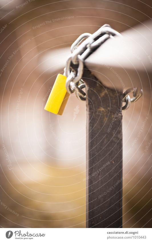 Gelb Brückengeländer Vorhängeschloss Liebesschloss Eisenkette Metall Schloss fest Zusammensein Glück klein gelb Lebensfreude Frühlingsgefühle Vertrauen