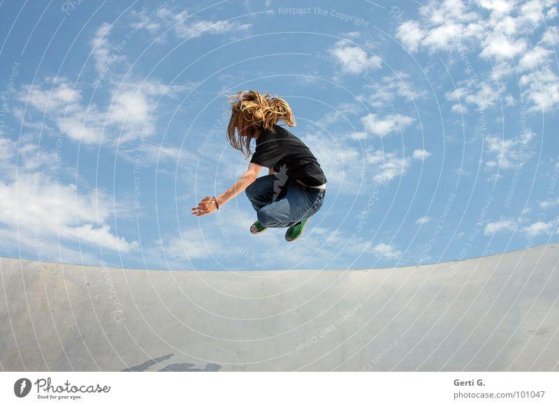 high-flying springen himmelblau Wolken schlechtes Wetter Fröhlichkeit Kraft Ausgelassenheit Spielen Örtlichkeit sommerlich gleiten Mann Junger Mann langhaarig