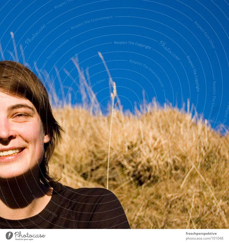 karin I Frau Lachfalte Zufriedenheit Fröhlichkeit herausfordernd Gras Feld Horizont Thermowäsche Freude Dame Haare & Frisuren Gesicht Mund lachen lächlen