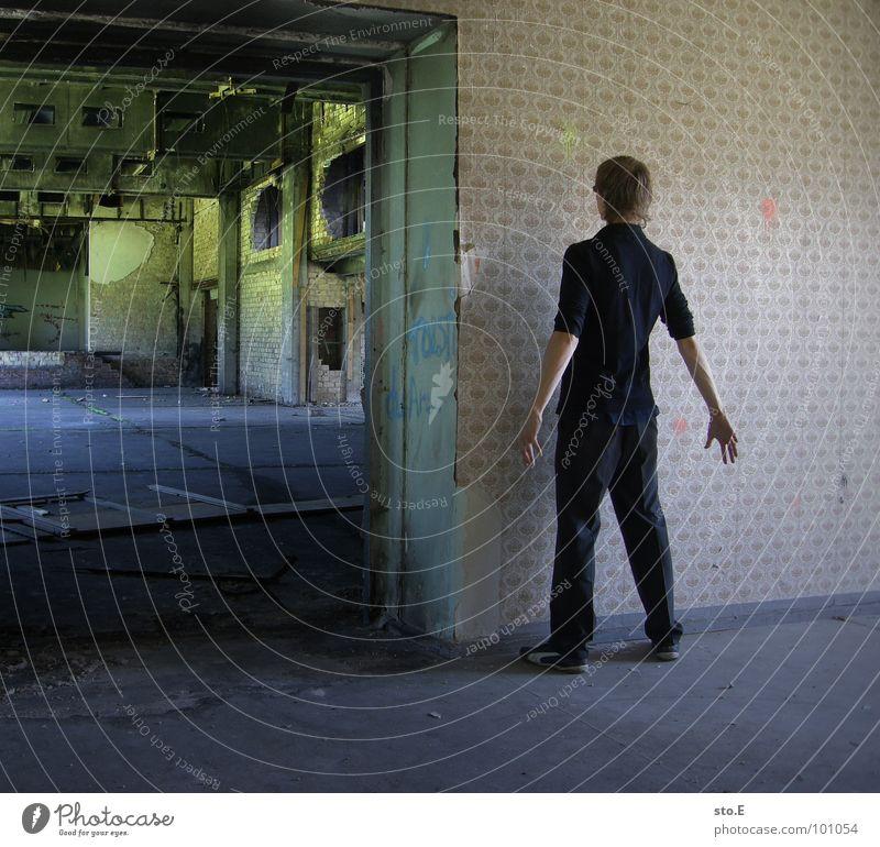 [b/w] freecell Mensch Jugendliche alt weiß Farbe Einsamkeit schwarz Fenster dunkel Wand Architektur Stil Beine Kunst 2 Tür