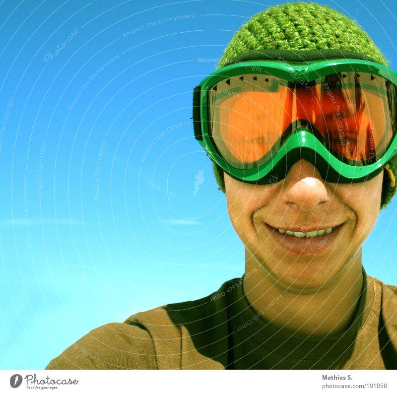 Smile like you mean it Himmel Jugendliche Mann grün Junger Mann lachen Glück orange Fröhlichkeit Schönes Wetter Zähne Mütze Wolkenloser Himmel Optimismus grinsen Blauer Himmel