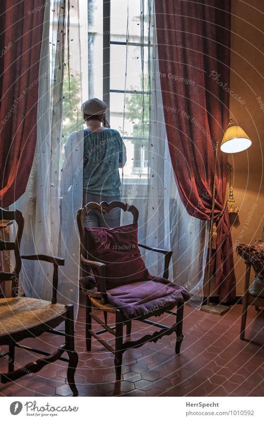 Ferngespräch Mensch Frau Fenster Erwachsene Leben Innenarchitektur sprechen Lampe Wohnung Häusliches Leben Dekoration & Verzierung offen Rücken historisch Stuhl