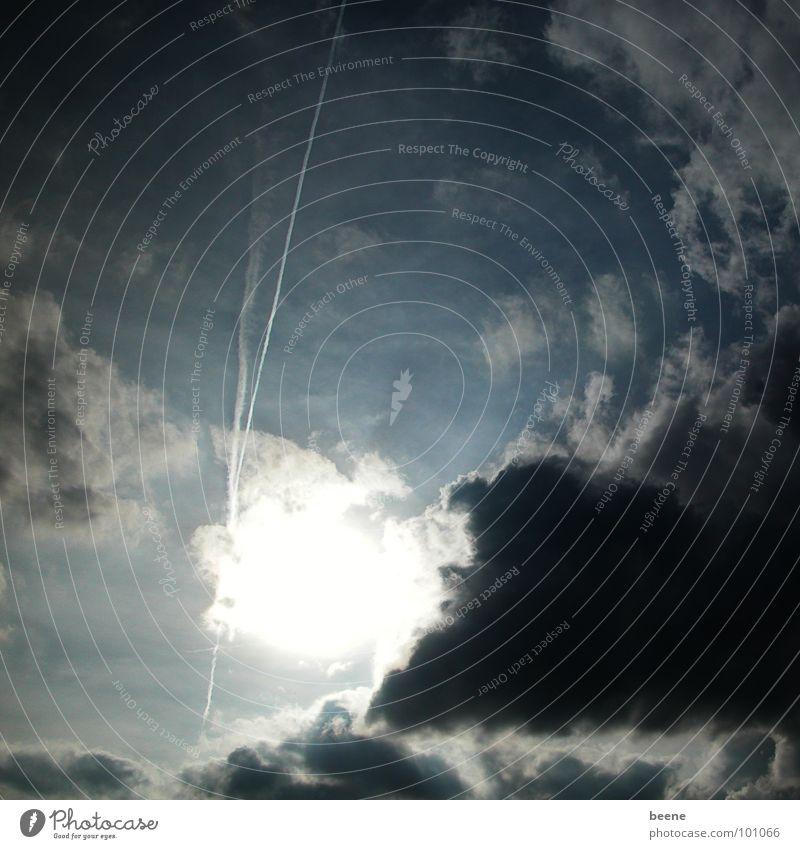 komisches Wetter Wolken schwarz schlechtes Wetter dunkel Kondensstreifen dunkle Stimmung Sommer Gewitter Sonne Himmel schwarze Wolken Abenddämmerung