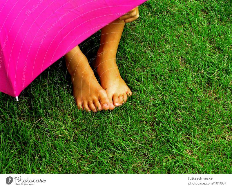 Verborgen II Mensch Kind grün Gras Garten Fuß Regen rosa Regenschirm geheimnisvoll verstecken Versteck
