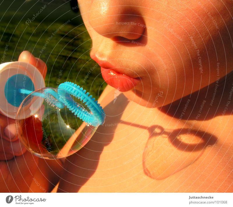 Ganz vorsichtig Mensch Kind Sommer Gesicht Spielen Junge Garten Mund Spielzeug blasen Seifenblase