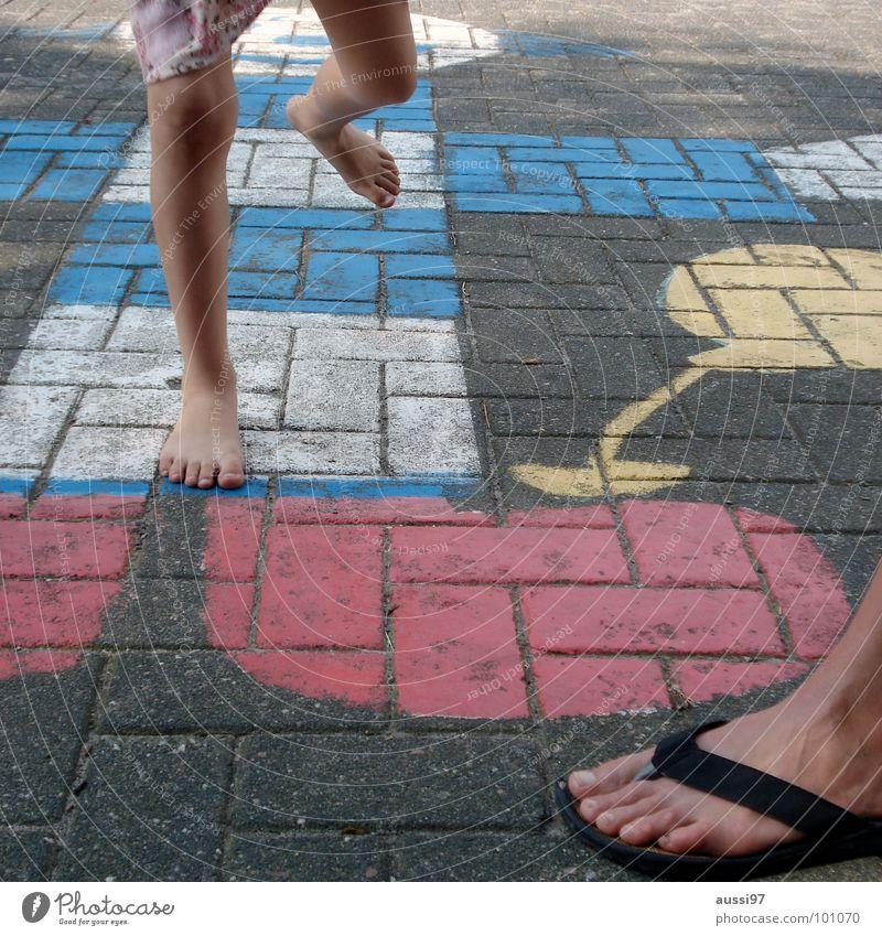 Trainingskontrolle I Kind Mädchen Spielen Bewegung Fuß Mutter Familie & Verwandtschaft Kleinkind Eltern Spielplatz Schulhof Spieltrieb Hinkepinke
