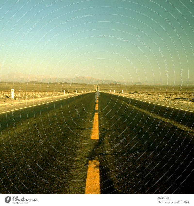 Immer der Nase nach Ferien & Urlaub & Reisen Einsamkeit gelb Straße Wärme Wege & Pfade Sand Linie Schilder & Markierungen wandern Verkehr leer Streifen Bodenbelag Turm fahren